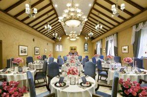 ロイヤルブルーを基調とした華やかなパーティルーム
