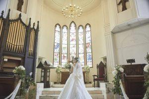 那須高原 セント・ミッシェル教会/ステンドグラスからは鮮やかな光が差し、おふたりを祝福します